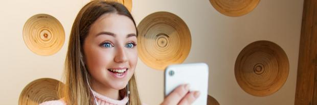Meisje doet videocall met gsm