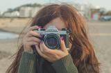 Meisje met fotocamera