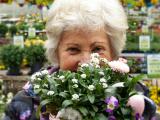 Vrouw met bloemen in de hand