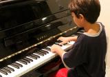 leerling aan piano