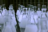 flesjes met witte inhoud in lab