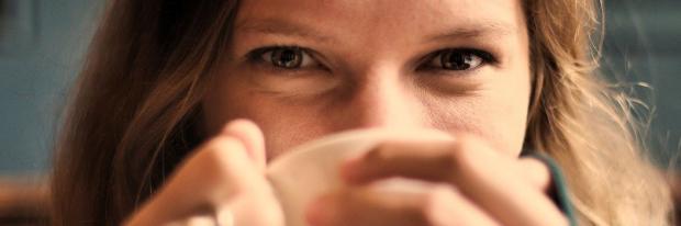 vrouw drinkt kop koffie