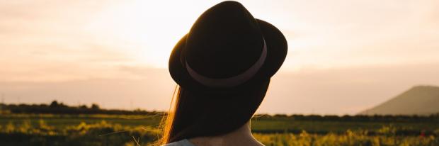 Jongedame met hoed in de natuur