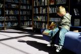 Kind in een bibliotheek