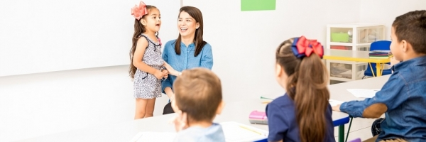 meisje vooraan in de klas
