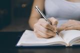 Iemand die aan het schrijven is.