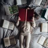 tussen boeken liggen