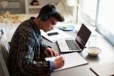 leerling aan laptop met koptelefoon